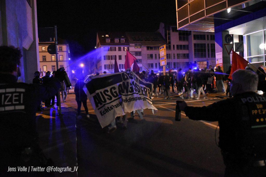 Polizeigewalt in Stuttgart: Demo gegen Ausgangssperren wird angegriffen. Zwei Wochen vorher hofierte Polizei Querdenken.